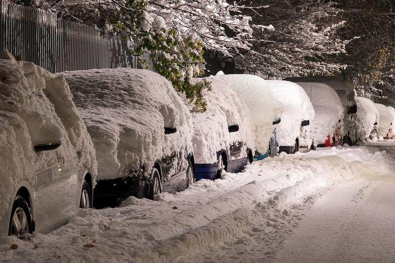 Voiture électrique en hiver sous la neige
