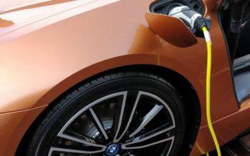 Une BMW i8 branchée