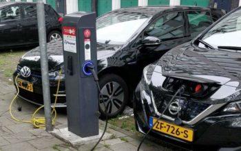 Une Nissan Leaf 2 et une Volkswagen e-Golf se rechargent à Amsterdam
