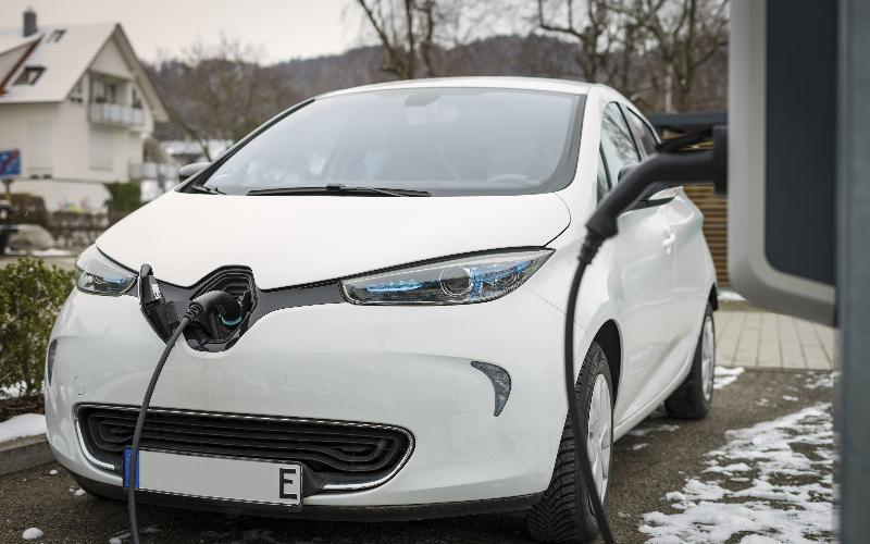 Une Renault Zoe se recharge