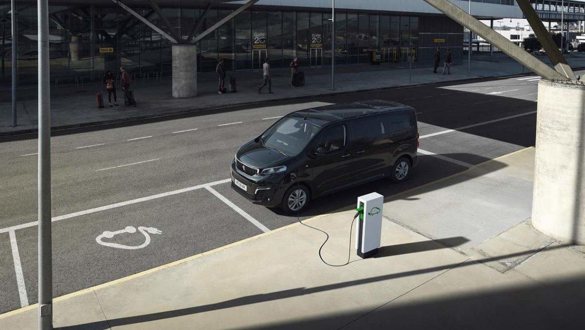 Peugeot-e-Traveller-2020-borne-publique