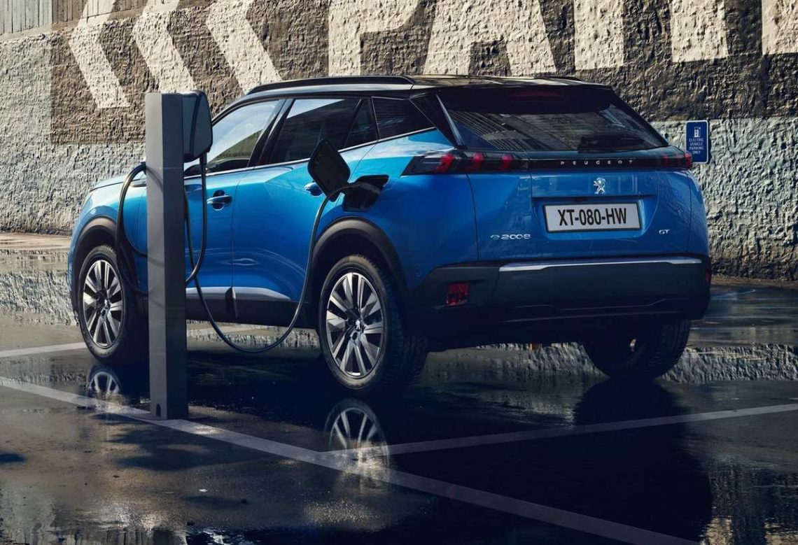 Peugeot e-2008 branché à une borne