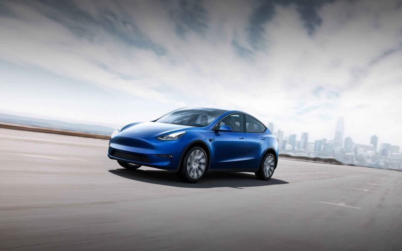 Tesla Model Y en bleu