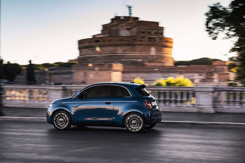 Fiat 500e roule en Italie